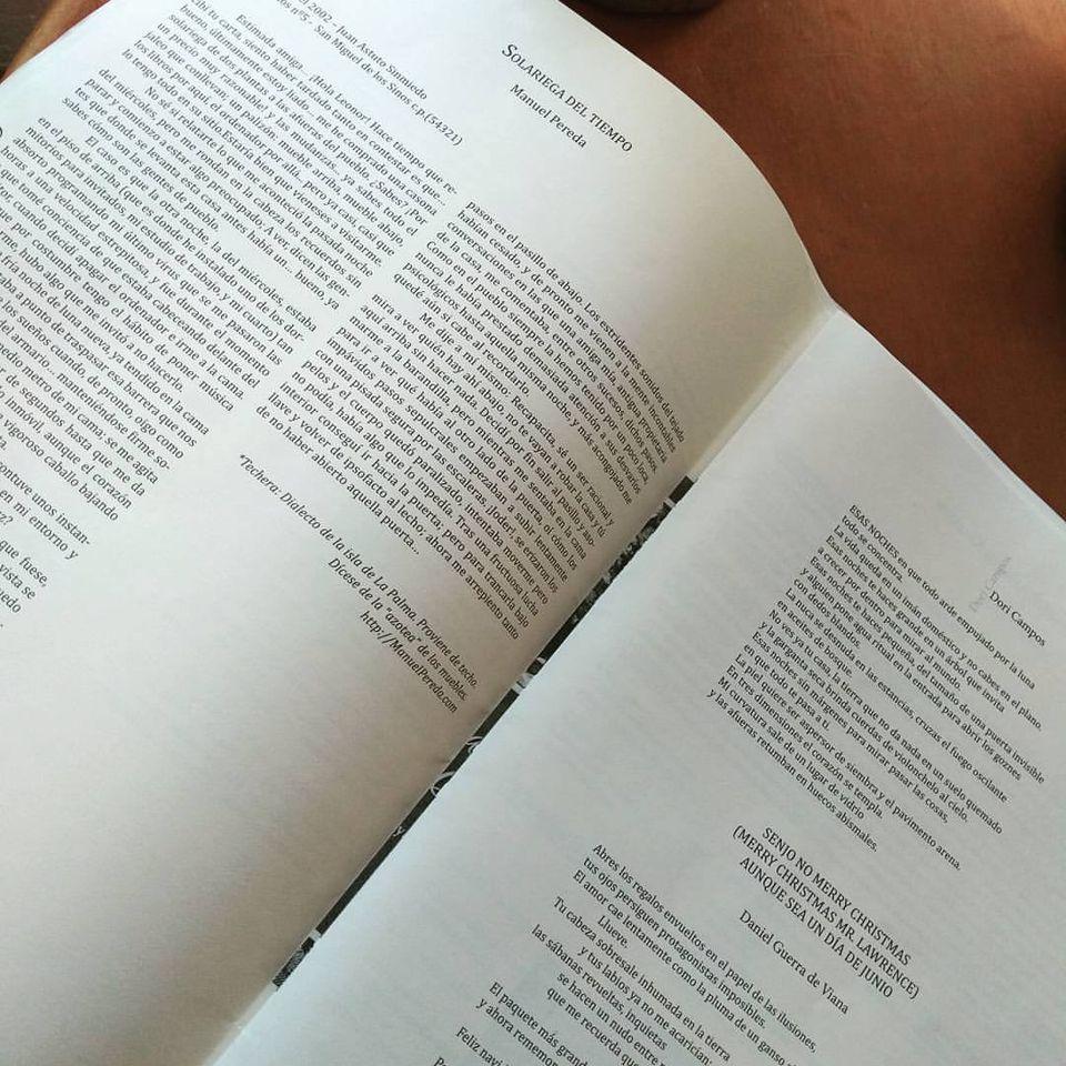 Solariega del Tiempo de Manuel Pereda a la izquierda y versos de la poeta Dori Campos a la derecha